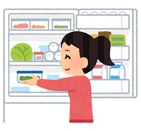 冷蔵庫に食品をしまう人